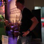 WordCamp Europe Paris Review. Inpsyder Robert spricht mit WordCamp Besuchern