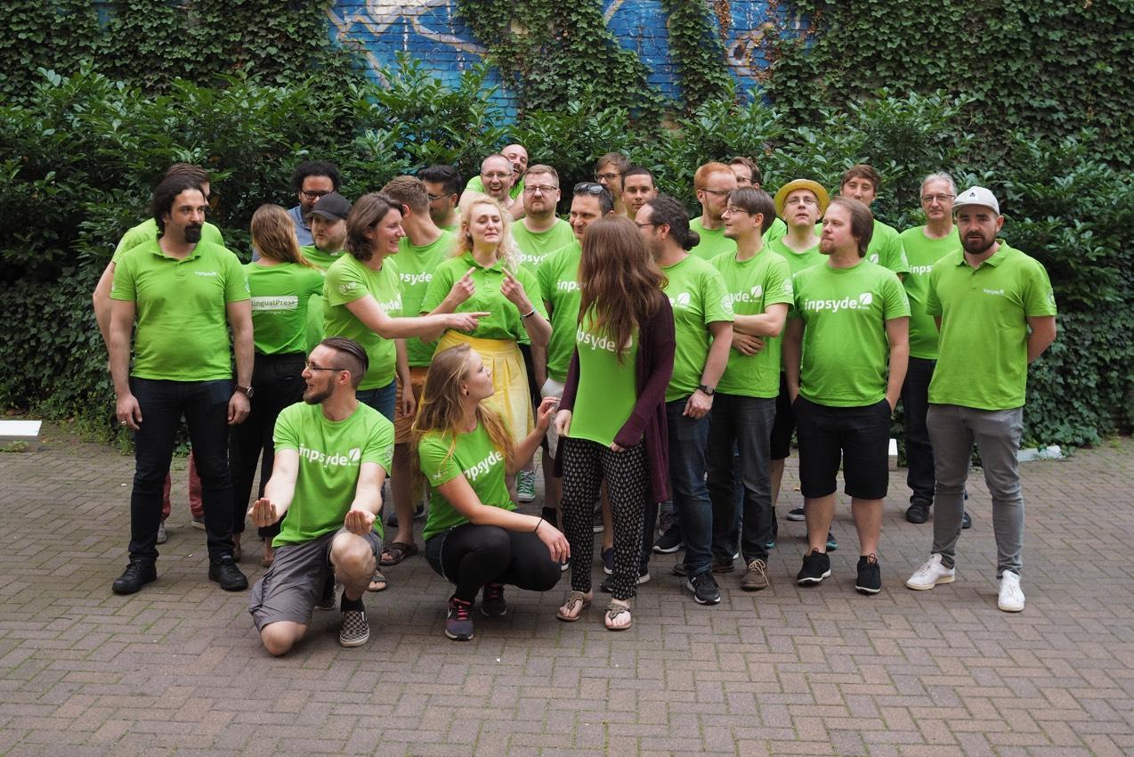 Vorbereitungen für das Gruppenfoto auf dem Inpsyde Teammeeting 2019 in Berlin