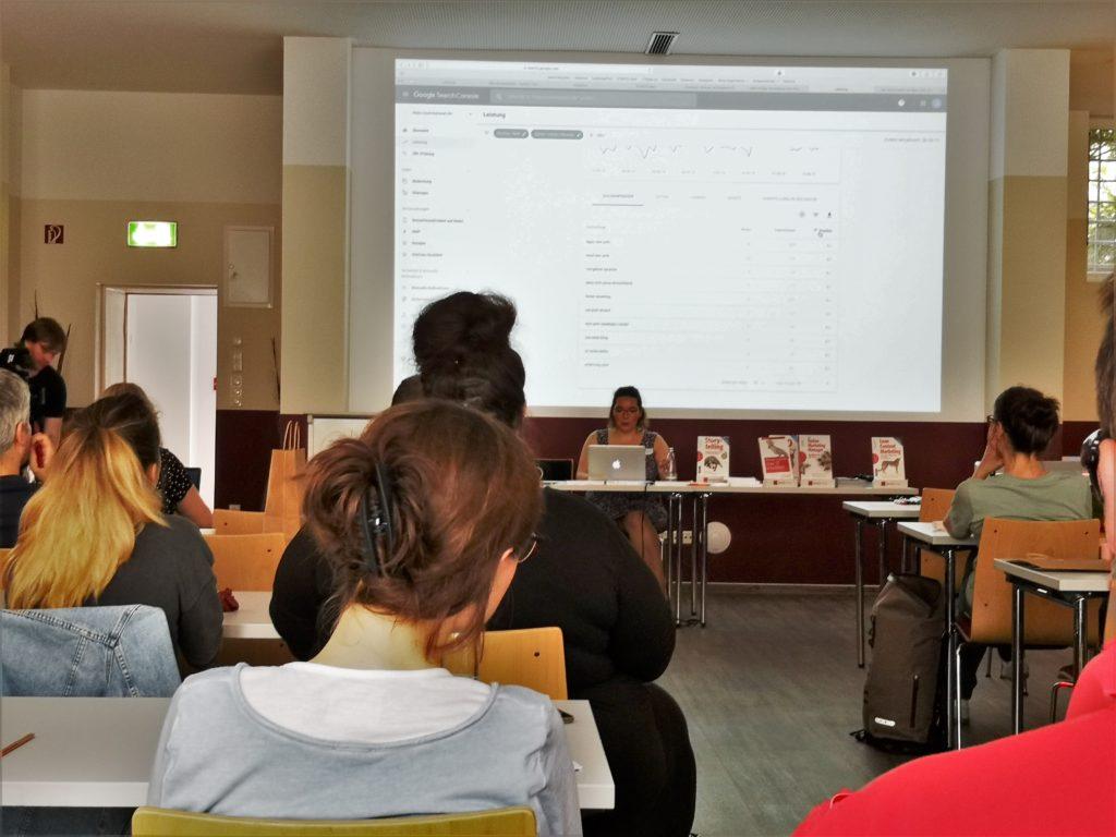 Suchmaschinenoptimierung: Jessica Niedergesäß, Travelbloggerin auf yummytravel.de zeigt den Teilnehmern live, wie man seinen Traffic mit der Google Search Console erhöhen kann.
