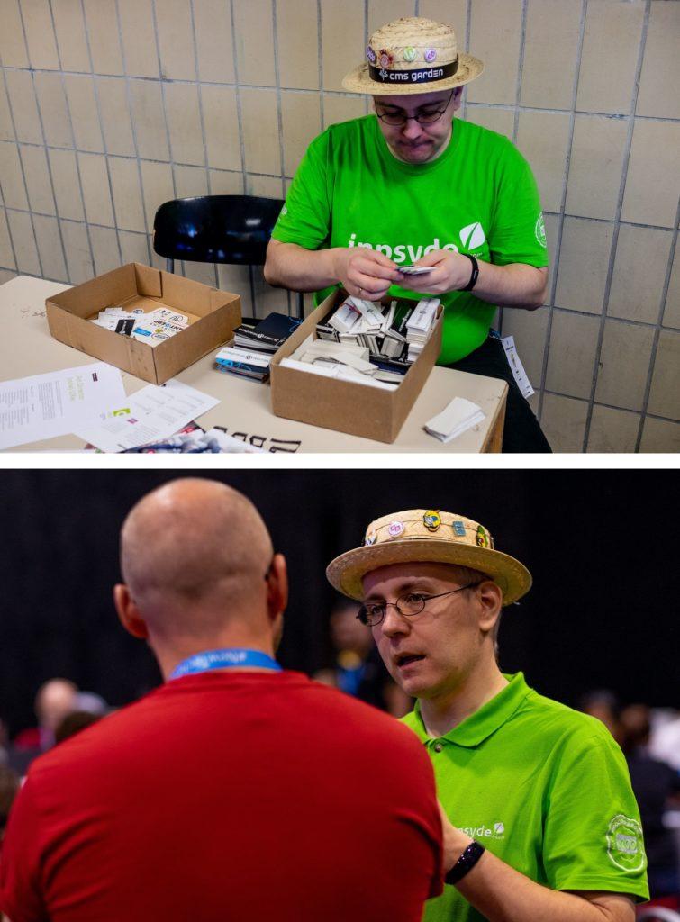 Robert auf zwei Fotos: an einem Tisch auf einem WordCamp beim Sortieren von Stickern zum Verschenken und im angeregten Gespräch mit einem anderen Mann. Auf beiden Fotos trägt er sein Markenzeichen, den Strohhut mit vielen Patches.