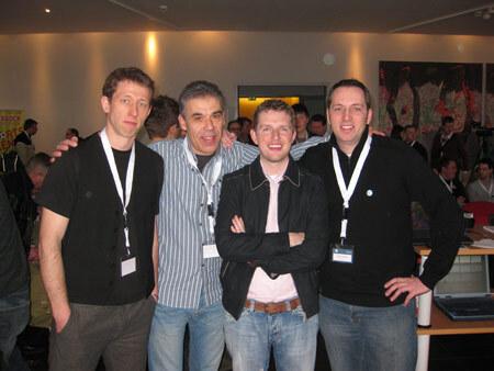 Frank Bültge, Michael Preuss, Matt Mullenweg, Alex Frison posieren zusammen auf einer WordPress-Veranstaltung
